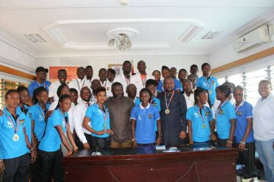 national-hockey-teams-present-medals-to-moys